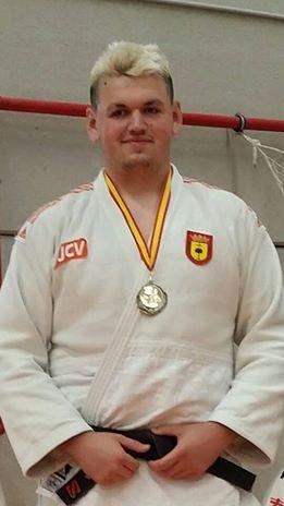 Irinel con su medalla conseguida