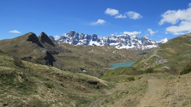 Presa de Escarra, con la Partacua al fondo y el Pico Cochata (segundo por la izquierda), de bajada del Collado de Pacino.